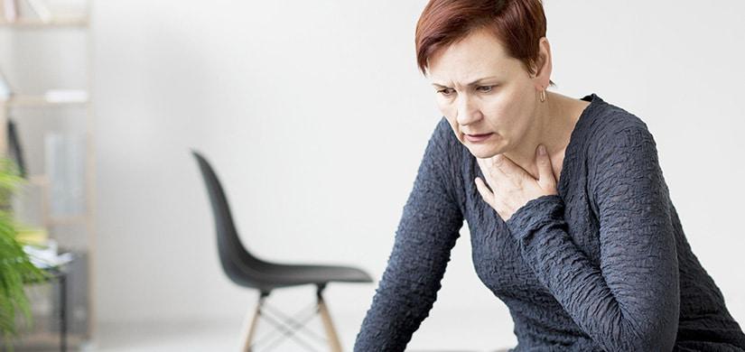Donna con attacco di panico e agorafobia